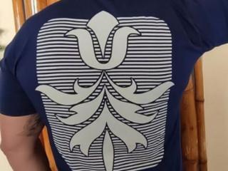 t-shirt azul escura com detalhes da estampa nas costas