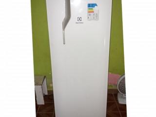 Geladeira Electrolux 240 Litros Degelo prático.